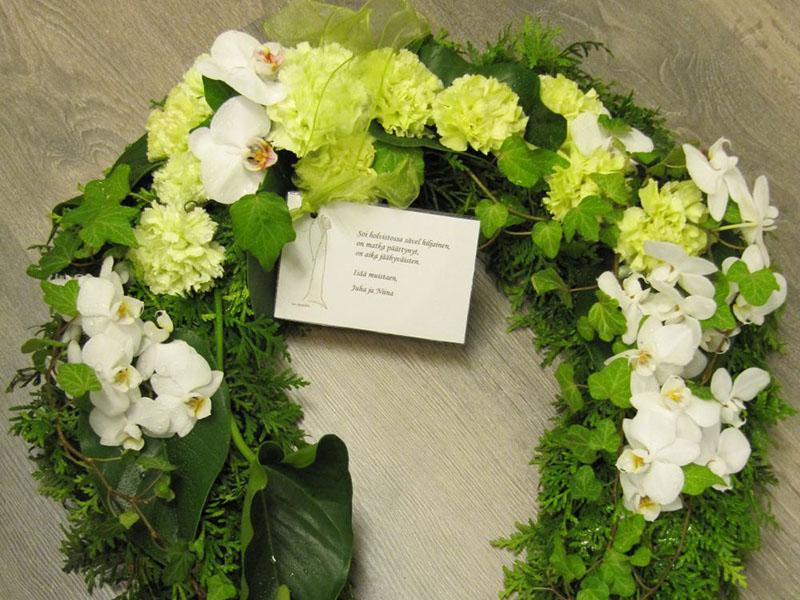 Kukat siunaustilaisuuteen - Nokian Hautaustoimisto ja Kukkapalvelu Mäkelä Oy